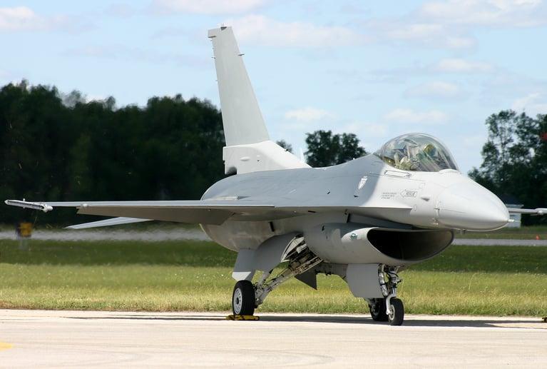 Wie entfernt man Dichtungsmittel von einer F-16-Düsentragfläche?